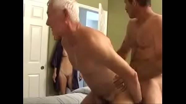 Velho dando o cu