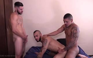 Sexo entre amigos dotados que adora fuder